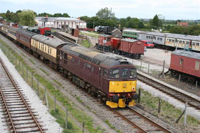 33207 tailing the Aylesbury Vale Venturer past BRC towards Claydon